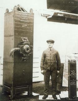 Ouvrier de l'usine PAJOT à côté d'un marteau neuf